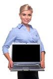 Holding busineswoman bionda un computer portatile con lo spac della copia fotografie stock