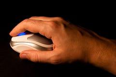 Holding-Computermaus des Mannes Hand. Lizenzfreie Stockfotos