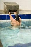Holding del nuotatore sul blocco Immagini Stock