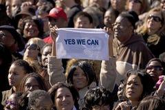 Holding dell'afroamericano sì che possiamo firmare Fotografia Stock Libera da Diritti