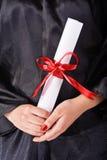 Holding dell'allievo di laurea il suo diploma Fotografia Stock