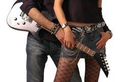 Holding della chitarra dalle coppie della roccia Immagini Stock