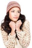 Holding della donna dei capelli abbastanza neri il suo maglione Fotografie Stock Libere da Diritti