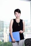 Holding della donna di affari con il dispositivo di piegatura Immagini Stock Libere da Diritti