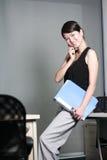 holding della donna di affari con il dispositivo di piegatura Fotografie Stock Libere da Diritti