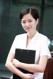 Holding della donna di affari con il dispositivo di piegatura Fotografia Stock