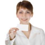 Holding della donna di affari il suo biglietto da visita Fotografie Stock Libere da Diritti
