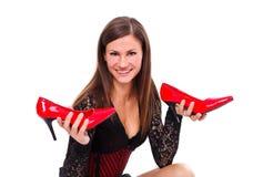 Holding della donna i suoi pattini di colore rosso immagini stock libere da diritti