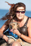 Holding della donna il suo cane di animale domestico Fotografie Stock Libere da Diritti