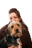 Holding della donna il suo cane di animale domestico Immagine Stock