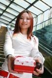Holding della giovane donna con il contenitore di regalo fotografie stock