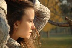 Holding della giovane donna i suoi capelli Fotografia Stock