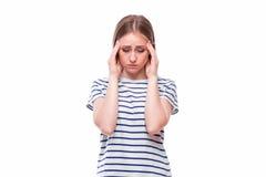 Holding della giovane donna la sua testa Problema di emicrania e di emicrania Fotografia Stock