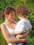 Holding della madre il suo bambino Immagini Stock Libere da Diritti