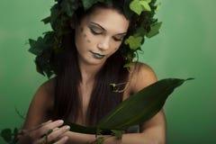 Holding della madre natura qualcosa Fotografie Stock