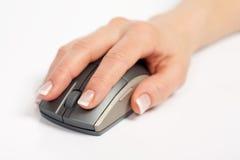 Holding della mano e mouse scattantesi del calcolatore fotografie stock