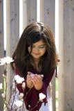 holding della ragazza di fiore piccolo Fotografie Stock Libere da Diritti