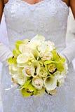 Holding della sposa il suo mazzo Fotografia Stock
