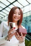Holding der jungen Frau mit Geschenkkasten Lizenzfreies Stockbild