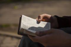 Holding des jungen Mannes und Leseheilige Bibel Lizenzfreies Stockbild