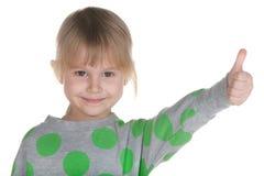 Holding des kleinen Mädchens ihr Daumen oben Stockbild