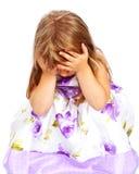 Holding des kleinen Mädchens ihr Kopf mit beiden Händen Lizenzfreie Stockfotos