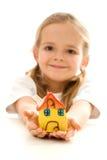 Holding des kleinen Mädchens ihr Lehmhaus Stockbilder