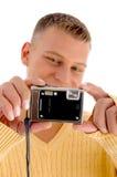 Holding-Digitalkamera des jungen Mannes Lizenzfreies Stockfoto