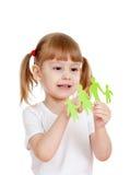 Holding e rappresentazione della bambina sul documento della famiglia Immagine Stock