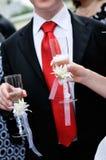 holding för brudexponeringsglasbrudgum Arkivbild