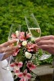holding för brudgum för brudchampagneexponeringsglas champagnerostat bröd Bröllopexponeringsglas i deras händer Arkivfoto