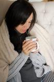 holding för flicka för kaffekopp Arkivbilder