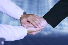 holding för handskakning för hand för affärsavtal royaltyfri bild