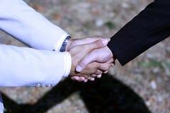 holding för handskakning för hand för affärsavtal royaltyfria foton