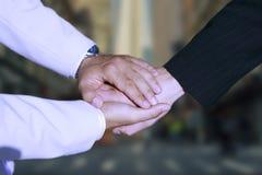 holding för handskakning för hand för affärsavtal arkivbilder