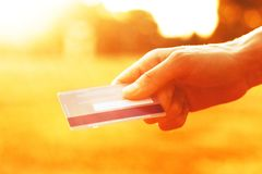 holding för kortkrediteringshand Arkivbild
