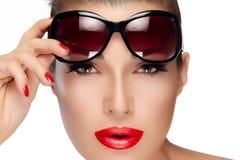 Holding Fashion Sunglasses modelo hermoso en la frente fotografía de archivo