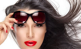 Holding Fashion Sunglasses modelo hermoso en la frente foto de archivo