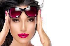 Holding Fashion Sunglasses modelo hermoso en la frente imagen de archivo libre de regalías