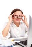 Holding faticosa della donna di affari la sua testa Fotografia Stock Libera da Diritti