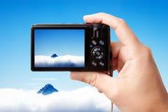 Holding-Fotokamera des Touristen Hand Lizenzfreie Stockbilder