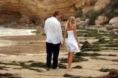 Holding-Hände auf Strand lizenzfreie stockfotos
