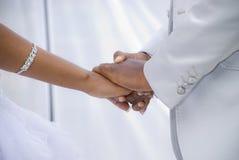 Holding-Hände an ihrer Hochzeit Lizenzfreie Stockfotos
