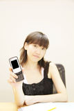 Holding Handphone della ragazza Immagini Stock Libere da Diritti