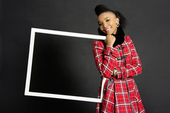 Holding modelo femenino africano un marco Imagen de archivo libre de regalías