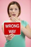 holding road sign traffic woman Στοκ φωτογραφίες με δικαίωμα ελεύθερης χρήσης