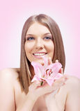 Holding-Rosablume der Schönheit blonde Stockfoto