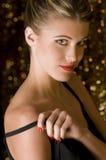 Holding sexy della ragazza la sua cinghia nera del vestito Fotografie Stock