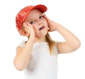 Holding sorpresa espressiva della bambina il suo fronte Fotografie Stock Libere da Diritti