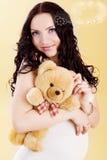Holding-Teddybär der schwangeren Frau Lizenzfreie Stockfotos
